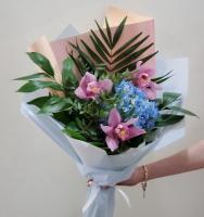 Букет из гортензии и орхидеи
