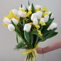 Букет из белых тюльпанов и мимозы