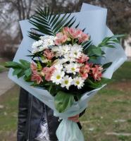 Букет с хризантемами и альстромерией