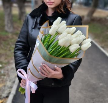 Шляпная коробка с розами, ромашками и орхидеями