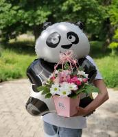 Гелиевый панда с цветочной композицией