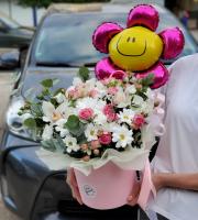 Шляпная коробка с розами, ромашками, орхидеями и шарик