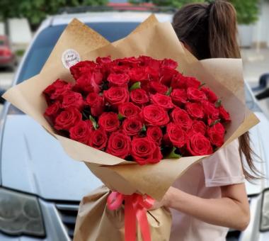 Букет из 51 красной розы на крафт бумаге
