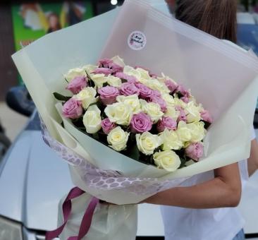 Букет из 51 белой и сиреневой розы