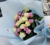 Букет из 21 белой и сиреневой розы
