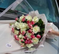 Букет из белых роз и роз веточных