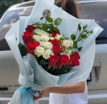 Букет из красных роз и розочек веточных