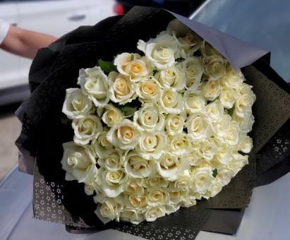Букет из 101 белой розы на черном оформлении