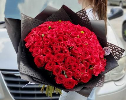 Букет из 101 красной розы на черном оформлении