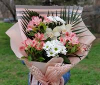 Букет из альстромерии, хризантемы и орхидеи