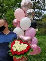 Розы в коробке сердце и фонтан из шаров