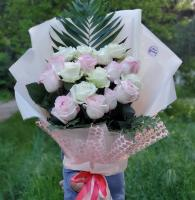 Букет из 17 белых и розовых роз