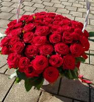 Корзина из 65 роз