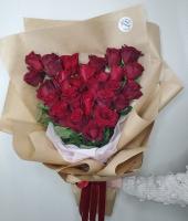 27 красных роз в форме сердца на крафт бумаге