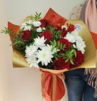 Букет и красных роз и белых хризантем
