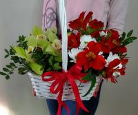 Корзина с орхидеями и альстромерией