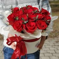 Коробка с красными розами и эвкалиптом